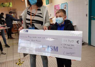 Remise du chèque à l'Association des Petits Princes